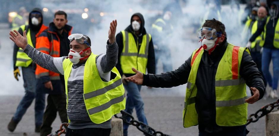 الحكم بالسجن على اثنين من المحتجين في فرنسا بعد إحراق مبنى إدارة محلية