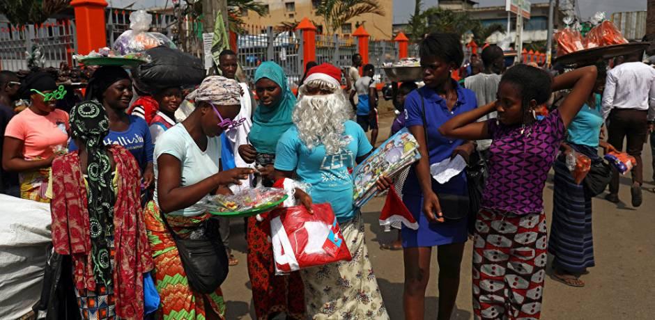 قبعات بابا نويل وزينة عيد الميلاد تغزو شوارع أفريقيا