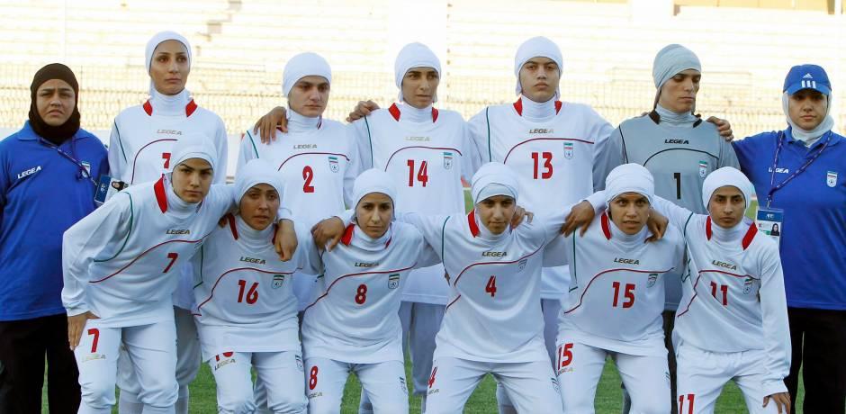 فريق كرة القدم الإيراني للسيدات يلعب مباراته الأولى في أكبر ستاد إيراني