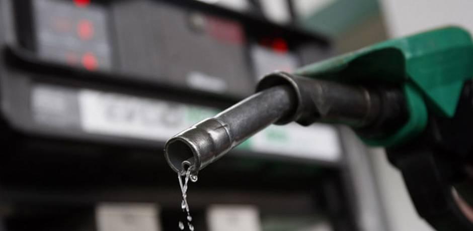 النفط يهبط بأكثر من دولار للبرميل ويتجه لإنهاء الأسبوع على مكاسب