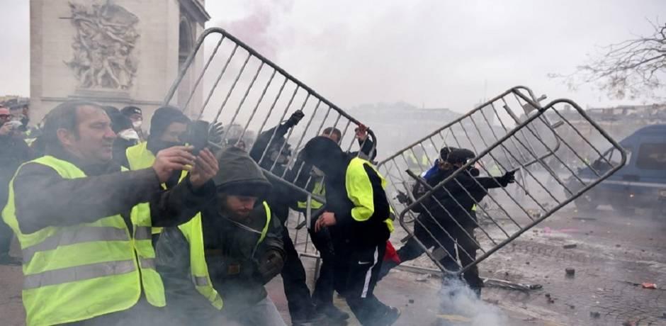 """""""Gilets jaunes"""": à Paris, premiers heurts autour de l'Arc de Triomphe"""