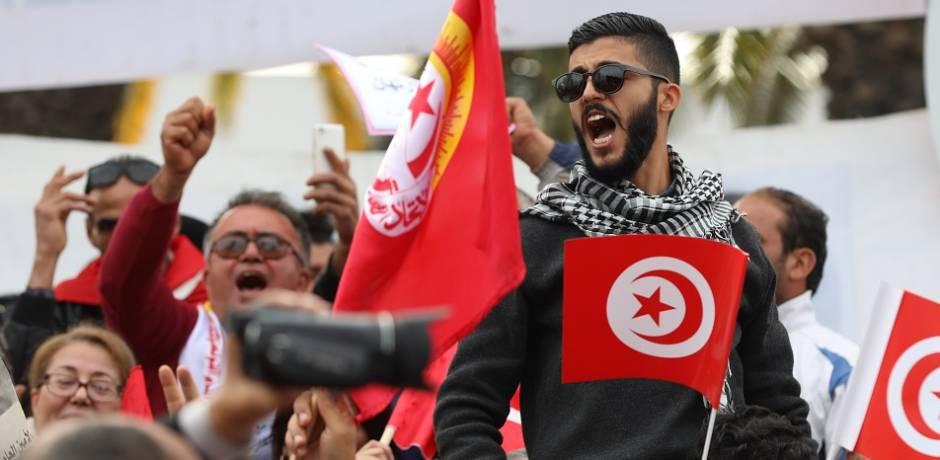 شلل في النقل الجوي والبحري واحتجاج الآلاف في تونس مع بدء إضراب عام