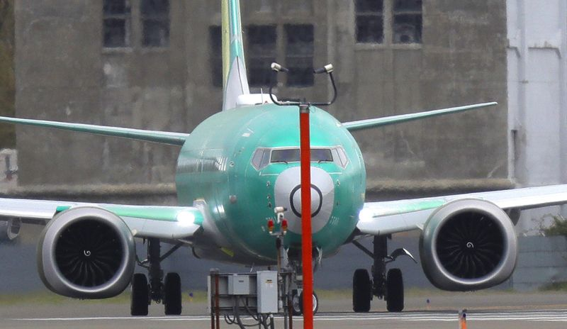 """ترامب يدعو """"بوينغ"""" إلى تغيير اسم طرازها """"737 ماكس"""""""