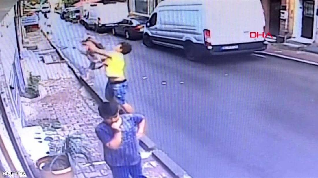 في ثوان حاسمة..جزائري ينقذ رضيعة سقطت من شرفة منزلها (فيديو)