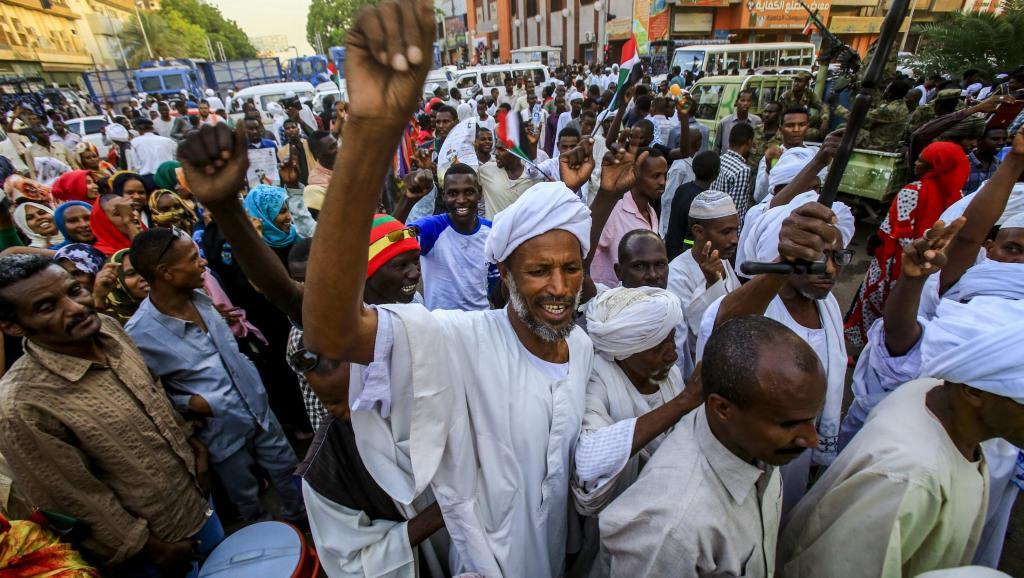 """Soudan: la contestation dit couper """"tout contact"""" avec les militaires"""