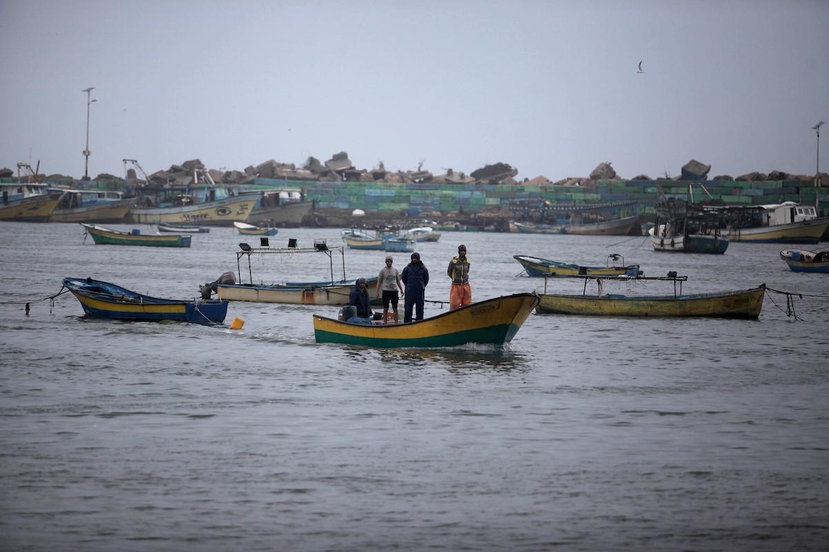بحرية الاحتلال تستهدف قوارب الصيادين الفلسطينيين في قطاع غزة