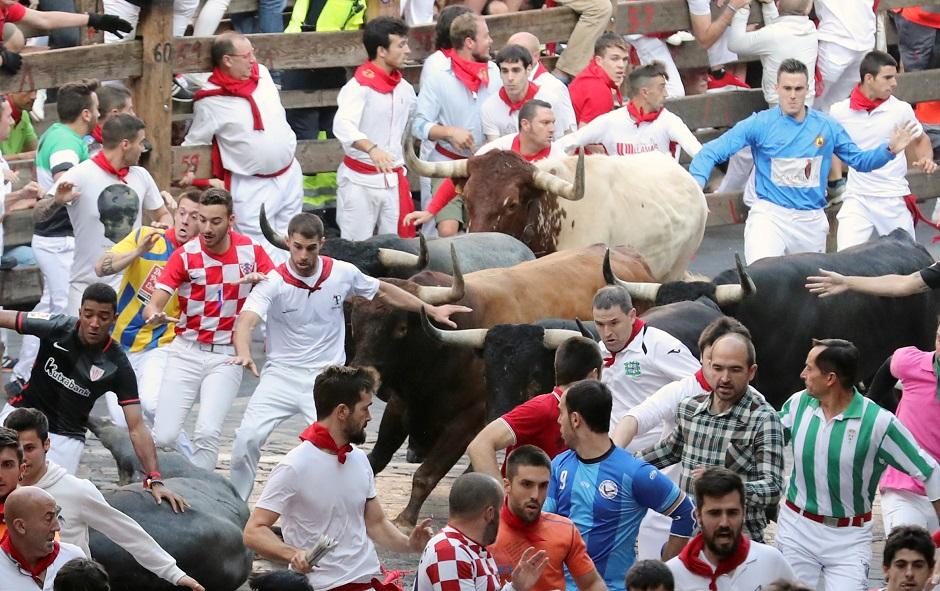 حشود كبيرة في انطلاق مهرجان الثيران السنوي في إسبانيا