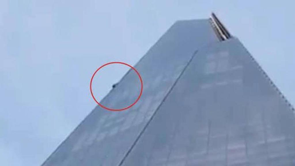 رجل يتسلق واجهة ناطحة سحاب بارتفاع 310 أمتار في لندن