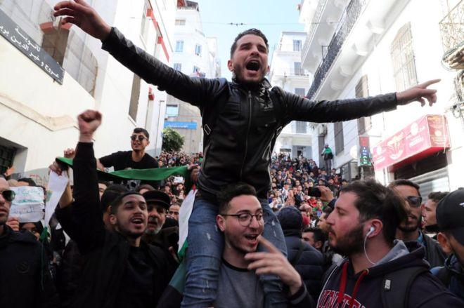 طلاب يتظاهرون في الجزائر للأسبوع الـ25 على التوالي رغم العطلة