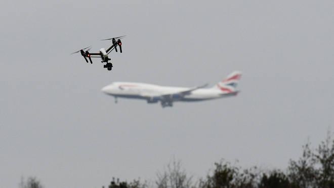 خطط لإطلاق طائرات مسيرة فوق مطار لندن..وتحذيرات من المس بسلامة الركاب