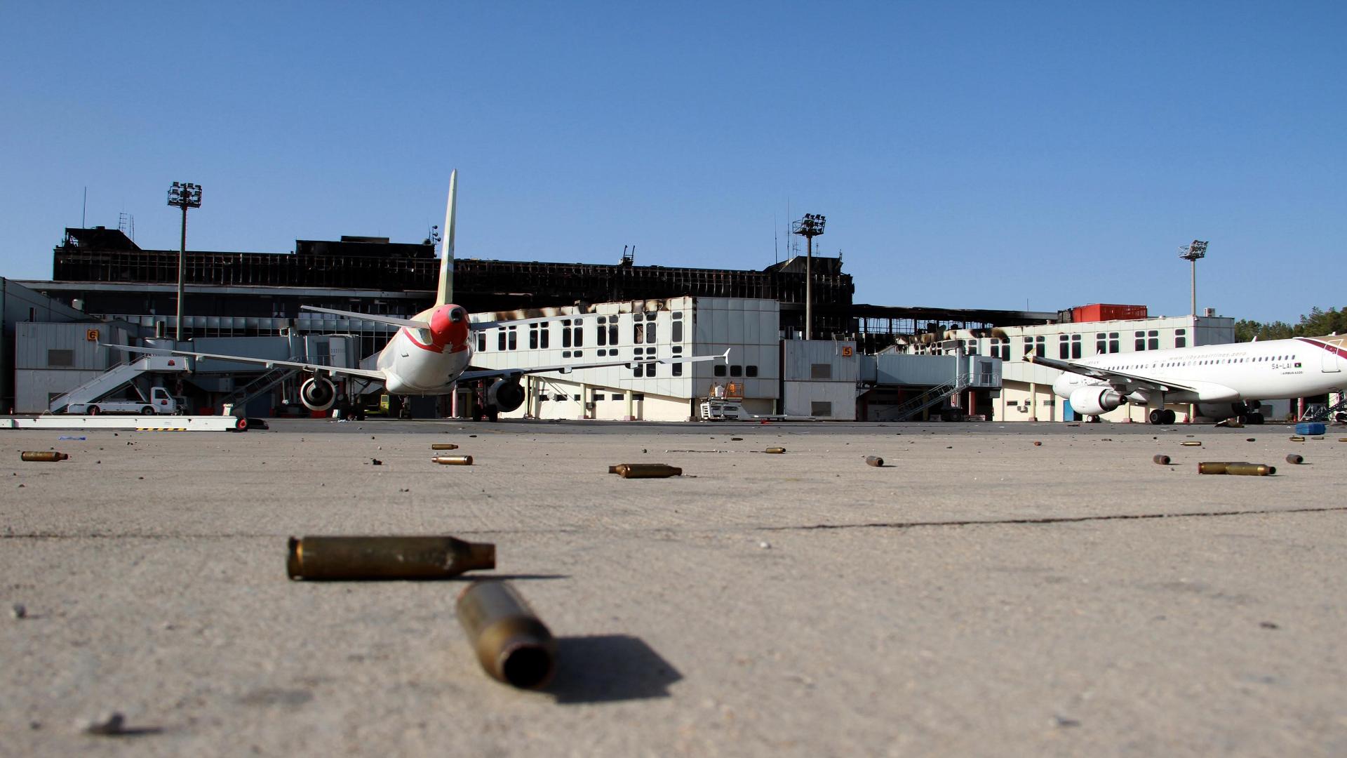 مقتل حارس وإصابة آخرين جراء سقوط قذائف في مطار العاصمة الليبية