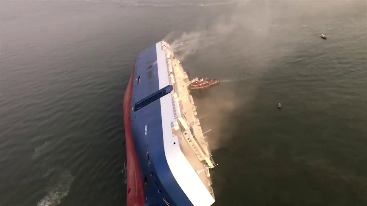واقعة غريبة..سفينة شحن تنقلب بآلاف السيارات (فيديو)