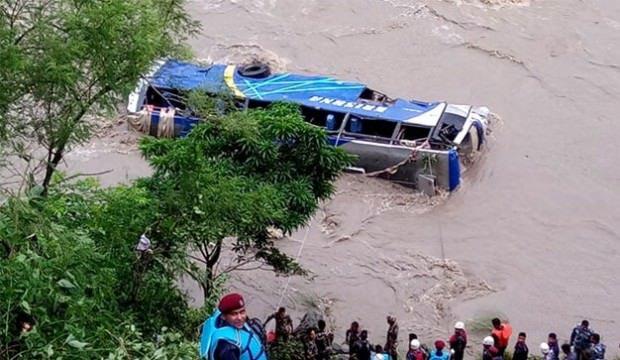 نيبال .. مصرع 17 شخصا وإصابة 50 آخرين جراء سقوط حافلة في أحد الأنهار